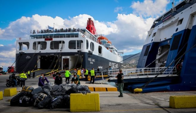 Αναχώρηση προσφύγων και μεταναστών με πλοίο της γραμμής, από το λιμάνι της Μυτιλήνης (Αρχείο)