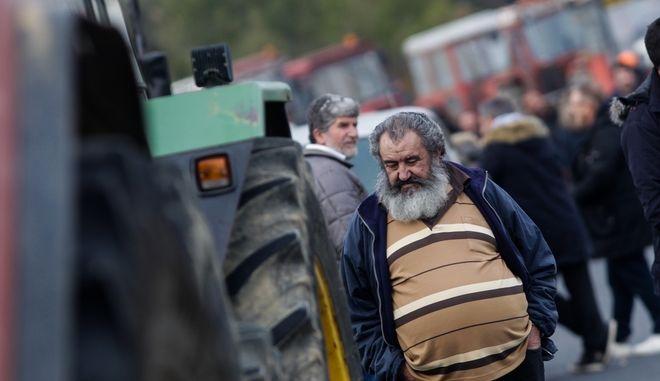 Μπλόκο των αγροτών από τη Θεσσαλία στον κόμβο της Νίκαιας στη Λάρισα