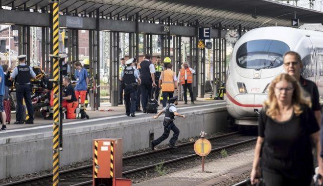 Οκτάχρονος έχασε τη ζωή του όταν άνδρας τον πέταξε στις ράγες του τρένου