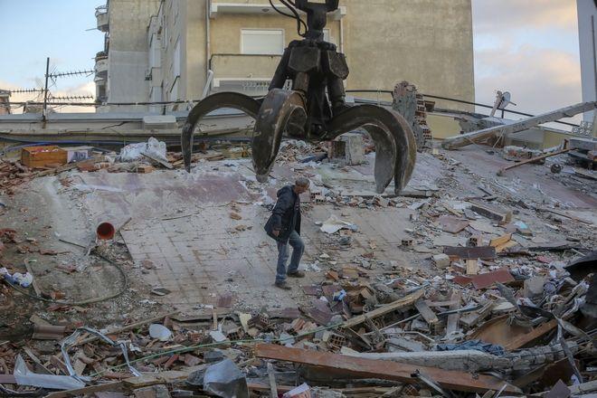 Συντρίμμια μετά το φονικό σεισμό στην Αλβανία