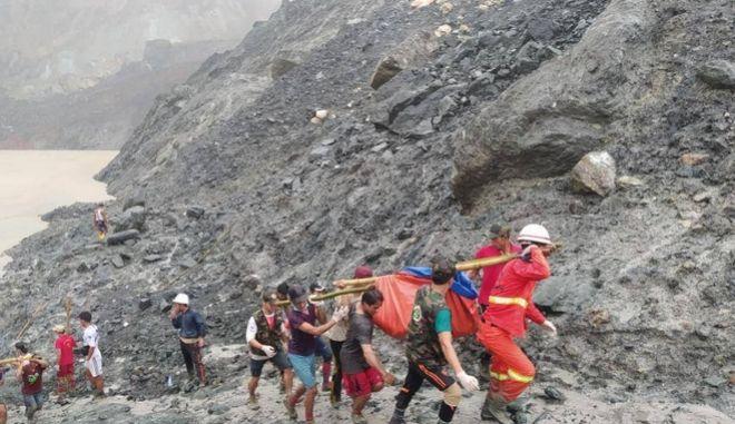 Μιανμάρ: Τουλάχιστον 100 νεκροί από κατολίσθηση σε ορυχείο