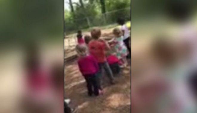 Δασκάλα βάζει παιδιά να λιθοβολήσουν 4χρονο αγόρι
