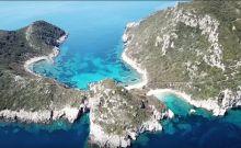 Βίντεο: Πτήση πάνω από το Πόρτο Τιμόνι, τις εξωτικές δίδυμες παραλίες της Κέρκυρας