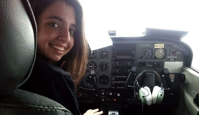 """17χρονη πιλότος πέταξε στην παρέλαση στην Κρήτη: """"Έλληνες, ψηλά το κεφάλι"""""""