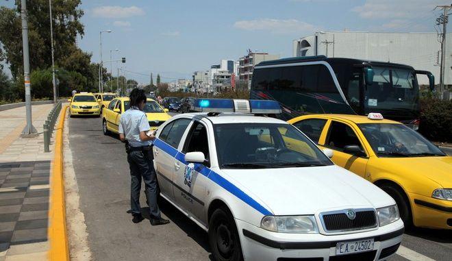Παραδόθηκαν την Παρασκευή 26 Ιουλίου 2013, στο επιβατικό κοινό οι τέσσερις νέοι σταθμοί της γραμμής 2 του ΜΕΤΡΟ: Ηλιούπολη, Άλιμος, Αργυρούπολη και Ελληνικό. Η κατασκευή της επέκτασης μήκους 5,5 χλμ, είχε ολοκληρωθεί από τις αρχές του 2011 αλλά η παράδοσή της καθυστέρησε λόγω του σκανδάλου στο οποίο ενεπλάκη η SIEMENS, η εταιρία στην οποία έχει ανατεθεί η προμήθεια του συστήματος σηματοδότησης των γραμμών 2 και 3 του Μετρό.  Η σύμβαση υπεγράφη στις 8 Μαρτίου 2006 και περιλάμβανε την κατασκευή των τεσσάρων σταθμών καθώς και υπόγειου χώρου εναπόθεσης 8 συρμών για τις ανάγκες της επέκτασης. Και οι τέσσερις σταθμοί βρίσκονται κατά μήκος της λεωφόρου Βουλιαγμένης και διαθέτουν εισόδους / εξόδους και στις δύο πλευρές του δρόμου (Ηλιούπολη, Άλιμος, Αργυρούπολη, Ελληνικό). Οι αποβάθρες των σταθμών έχουν μήκος 110 μ. και αποτελούνται από 3 επίπεδα. Με την προσθήκη της επέκτασης στο δίκτυο του Μετρό εκτιμάται ότι η ημερήσια επιβατική κίνηση του Μετρό θα αυξηθεί κατά 80.000 επιβάτες. Η απόσταση από το Ελληνικό μέχρι το Σύνταγμα θα διανύεται με το Μετρό σε 14 λεπτά. Τον Σεπτέμβριο αναμένεται η παράδοση του 7ου και τελευταίου σταθμού Μετρό για φέτος, του σταθμού Αγία Μαρίνα στο δήμο Αγίας Βαρβάρας. (ΕUROKINISSI/ΚΩΣΤΑΣ ΚΑΤΩΜΕΡΗΣ)