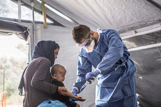 Ιατρικό προσωπικό των ΓχΣ , επί το έργο, στην Μόρια
