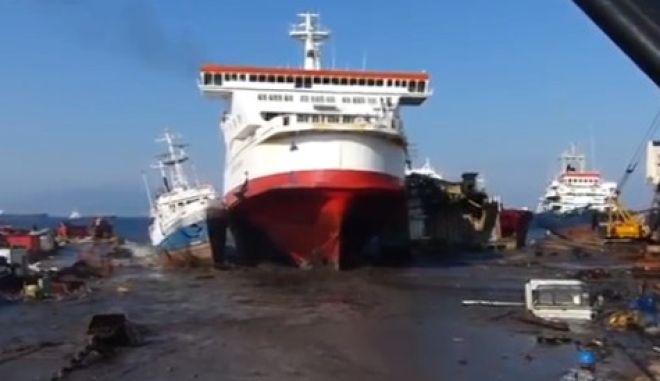 Βίντεο: Θεαματική είσοδος φέρι μποτ σε λιμάνι ανακύκλωσης πλοίων