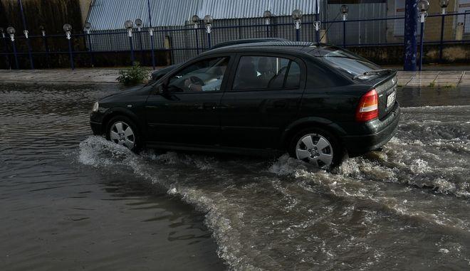 Πλημμυρισμένος δρόμος. Φωτό αρχείου.