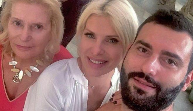 Η Ελένη Μενεγάκη με τη μητέρα και τον αδερφό της