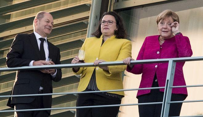 Από τα αριστερά προς τα δεξιά, ο υπουργός Οικονομικών Σοσιαλδημοκράτης Ολαφ Σόλτς, η πρόεδρος των Σοσιαλδημοκρατών Αντρέα Νάλες και η καγκελάριος Άνγκελα Μέρκελ