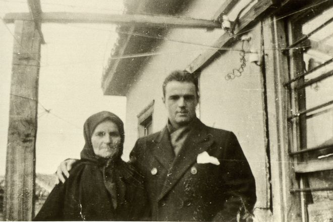 O Κωνσταντίνος Καραμανλής με τη μητέρα του Φωτεινή Δόλογλου
