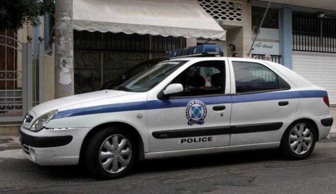 Πυρκαγιά σε διαμέρισμα στην οδό Κύπρου στην Πετρούπολη, την Τετάρτη 30 Αυγούστου 2017. Από το διαμέρισμα του δευτέρου ορόφου οι άνδρες της πυροσβεστικής που έσπευσαν στο σημείο όταν ειδοποιήθηκαν, απεγκλώβισαν αναίσθητους ένα 18χρονο κορίτσι και τον 55χρονο πατέρα του.  (EUROKINISSI/ΣΩΤΗΡΗΣ ΔΗΜΗΤΡΟΠΟΥΛΟΣ)