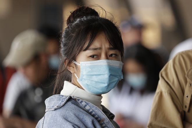 Γυναίκα με μάσκα για προστασία από τον κοροναϊό