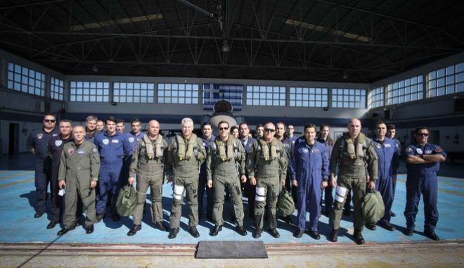 Ο Αλέξης Τσίπρας μέσα στο κόκπιτ του F-16 tsipras pilotos 3