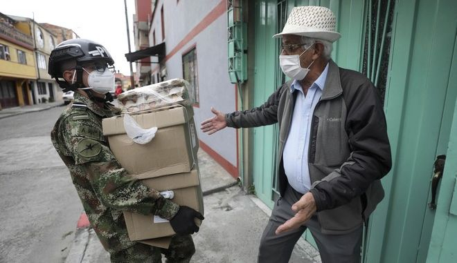 Στρατιώτης μεταφέρει ιατρικό υλικό στη Μπογκοτά της Κολομβίας