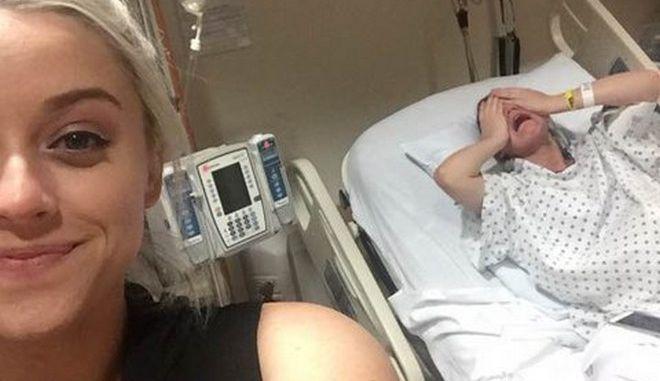 Έβγαλε selfie την ώρα που η αδερφή της σφάδαζε από τους πόνους τοκετού
