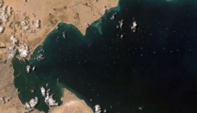 Δορυφορική εικόνα από τη Διώρυγα του Σουέζ με τα πλοία που περιμένου να περάσουν