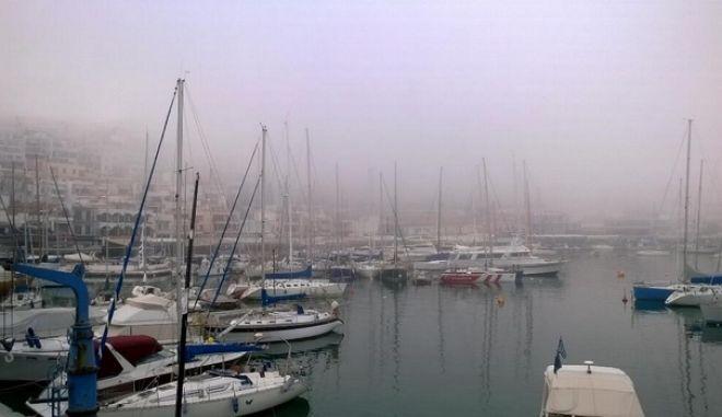 """Πυκνή ομίχλη """"κάλυψε"""" τον Πειραιά"""