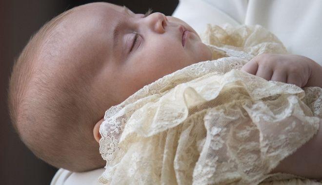 Ο νεοφώτιστος πήρε το όνομα Λούις Άρθουρ Τσάρλς και φορούσε χειροποίητο αντίγραφο του βασιλικού βαπτιστικού φορέματος