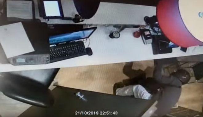Εικόνα από τη ληστεία της Επαναστατικής Αυτοάμυνας σε κατάστημα ΟΠΑΠ στον Χολαργό