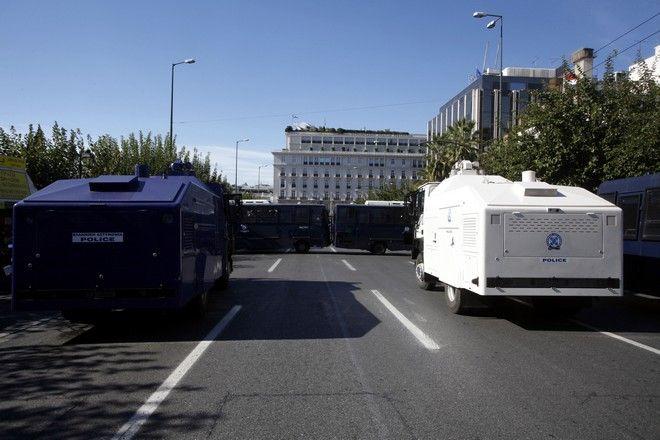 Τα ειδικά οχήματα εκτόξευσης νερού κατά την διάρκεια τς συγκέντρωσης της ΓΣΕΕ-ΑΔΕΔΥ