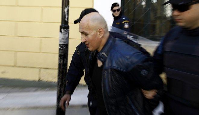 Ο Παναγιώτης Βλαστός οδηγείται από αστυνομικούς του τμήματος Μεταγωγών στην έξοδο των Δικαστηριών μετα την πολύωρη απολογία του ενώπιον των ανακριτών Ρέα Κατσιβέλη και Δημήτρη Φούκα την Τρίτη 3 Μαρτίου 2015. Ο Παναγιώτης Βλάστος φέρεται ως εγκέφαλος εγκληματικής οργάνωσης που δρούσε μέσα από τις φυλακές και στην οποία αποδίδονται σειρά κακουργηματικών πράξεων όπως βομβιστικές επιθέσεις, απόπειρες ανθρωποκτονιών, διακίνηση μαύρου χρήματος, τοκογλυφίες, αρπαγές, σχέδια απαγωγών και εκβιασμούς. Τη δράση του κυκλώματος αποκάλυψε στις αρχές η εξαδέλφη του, Ευαγγελία Βλαστού. (EUROKINISSI/ΣΤΕΛΙΟΣ ΜΙΣΙΝΑΣ)