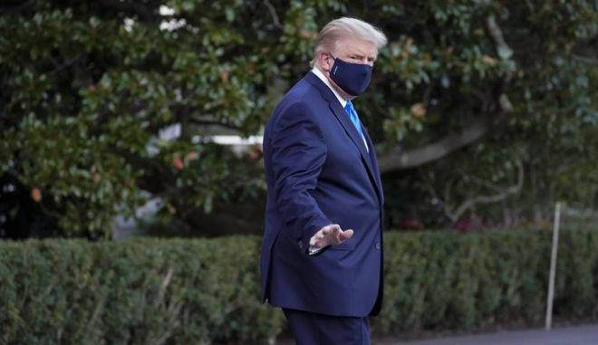 O πρόεδρος των ΗΠΑ Ντόναλντ Τραμπ, φορώντας μάσκα λίγο πριν επιβιβαστεί στο ελικόπτερο που τον μετέφερε στο στρατιωτικό νοσοκομείο Walter Reed