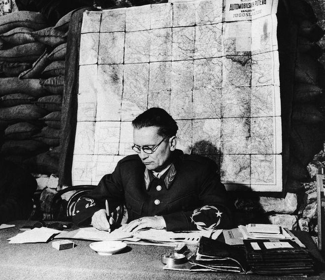 Ο στρατάρχης Josip Broz Tito στις 2 Αυγούστου του 1944 υπογράφει έγγραφα