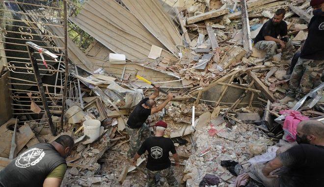 Στρατιώτες ψάχνουν στα ερείπια των κτιρίων της Βηρυτού