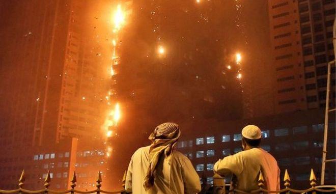 Βίντεο: Παρανάλωμα του πυρός ουρανοξύστης στο Ντουμπάι