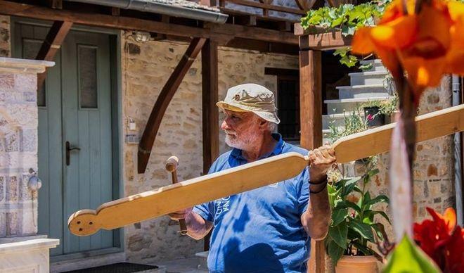 Ο Καπετάν Πάκης, εξηγεί στους τουρίστες που ξεναγεί τη λειτουργία του