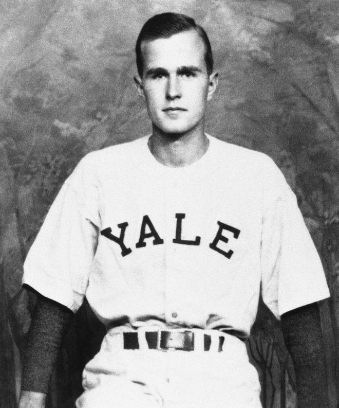 Ο George Bush αρχηγός της ομάδας baseball του Yale το 1947. (AP Photo)
