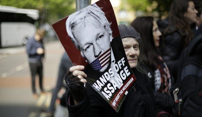 Αφίσα στη διαδήλωση υποστήριξης του Τζουλιάν Ασάνζ στη Βρετανία