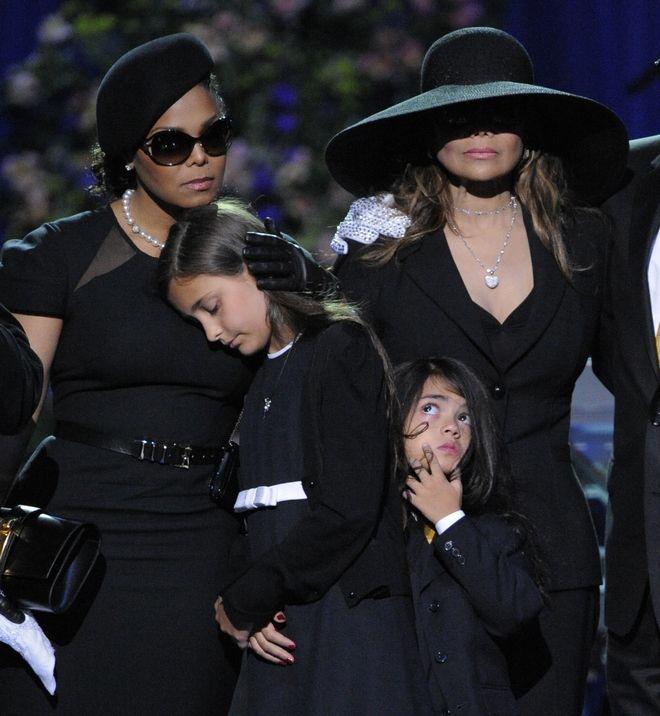 Η Τζάνετ και Λατόγια Τζάκσον, αδερφές του εκλιπόντος Μάικλ, μαζί με τα δύο παιδιά του Pop star, Paris και Prince, στην κηδεία του καλλιτέχνη