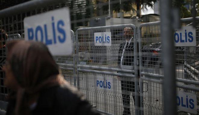 Αποκλεισμένος από την αστυνομία ο χώρος γύρω από το προξενείο της Σαουδικής Αραβίας στην Κωνσταντινούπολη.