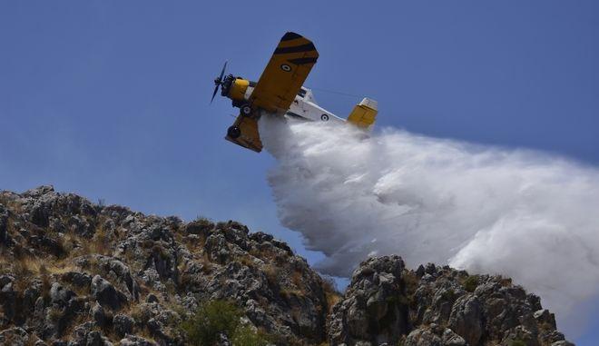 Αεροσκάφος τύπου Πετζετέλ επιχειρεί σε κατάσβεση πυρκαγιάς