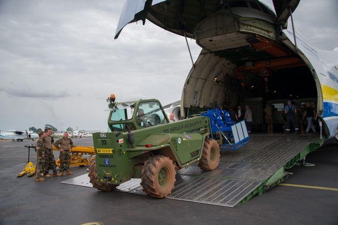 Samedi 14 juin 2014, un Antonov AN225, le plus gros avion cargo du monde, s'est posé sur l'aéroport de Bangui M'POKO, afin de livrer du matériel pour le contingent letton de l'EUFOR. A son bord, des véhicules Land Rover Defender, pour la plupart blindé, ainsi que du fret chargé dans des containers de type KC20. Des soldats français de l'EUFOR, responsable de la logistique et du mouvement pour la force européenne, étaient présents afin de récupérer le matériel déchargé de l'avion. Un MERLOT de l'EUFOR est utilisé pour décharger le fret.
