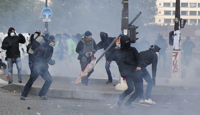 Συγκρούσεις αστυνομίας - κουκουλοφόρων στην πορεία για την Πρωτομαγιά