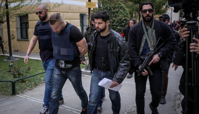 Ο 31χρονος, βουλγαρικής υπηκοότητας, ύποπτος για τη δολοφονία του επιχειρηματία Γιάννη Μακρή οδηγείται από αστυνομικούς στον εισαγγελέα στα δικαστηρία της οδού Ευελπίδων.Φωτογραφία Αρχείου.