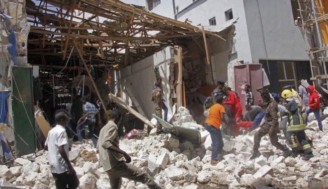 Διασώστες αναζητούν επιζώντες στα ερείπια μετά από έκρηξη βόμβας σε εμπορικό κέντρο του Μογκαντίσου