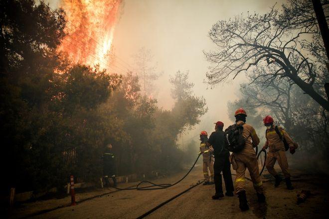 Η πυρκαγιά έχει ήδη κάψει κατοικίες κοντά στον οικισμό Γαλήνη.