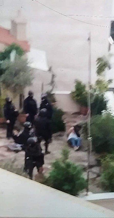 Η στιγμή που αστυνομικοί ακινητοποιούν τους ιδιοκτήτες του οικήματος, δίπλα από το υπό κατάληψη κτήριο. Διακρίνεται ο Δημήτρης Ινδαρές ενώ του έχουν βγάλει την μπλούζα