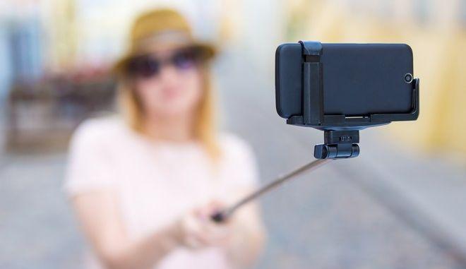 Γυναίκα βγάζει selfie