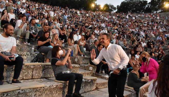 Ο πρωθυπουργός Κυριάκος Μητσοτάκης και η σύζυγος του Μαρέβα παρακολούθησαν  στο αρχαίο θέατρο της Επιδαύρου, την παράσταση «Πέρσες».