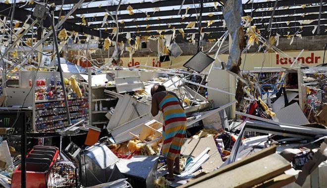 Γυναίκα στα ερείπια καταστήματος στο Σπρίνγκφιλντ της Φλόριντα μετά το πέρασμα του Μάικλ