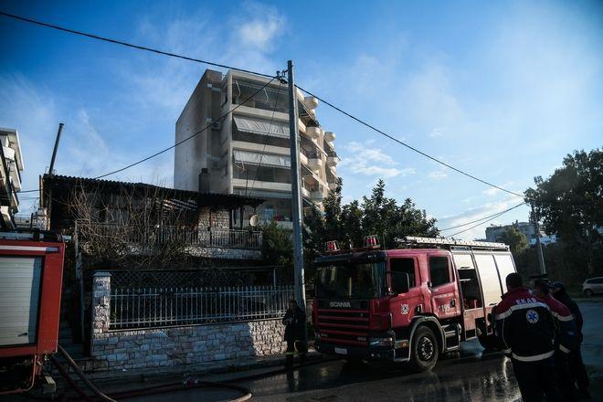 Πυροσβέστες επιχειρούν σε πυρκαγιά σε μονοκατοικία στην Μεταμόρφωση