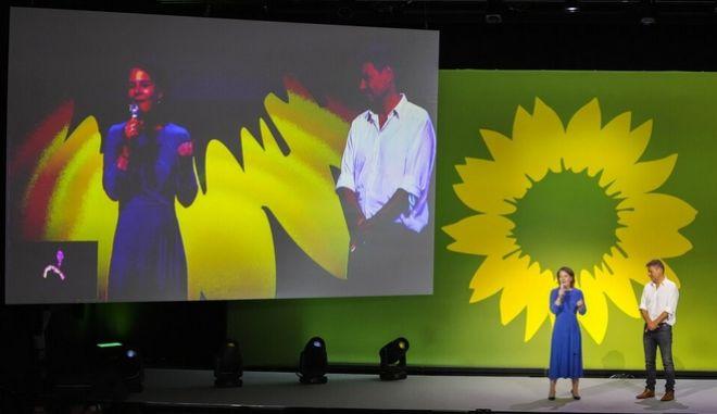 Η Αναλένα Μπέρμποκ και ο Ρόμπερτ Χάμπεκ μιλούν σε υποστηρικτές των Πρασίνων πριν τις εκλογές