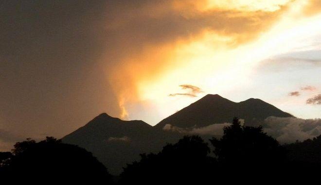 Εξερράγη το ηφαίστειο Τσαπαράστικ