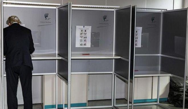 Ευρωεκλογές: Στις κάλπες Άγγλοι και Ολλανδοί
