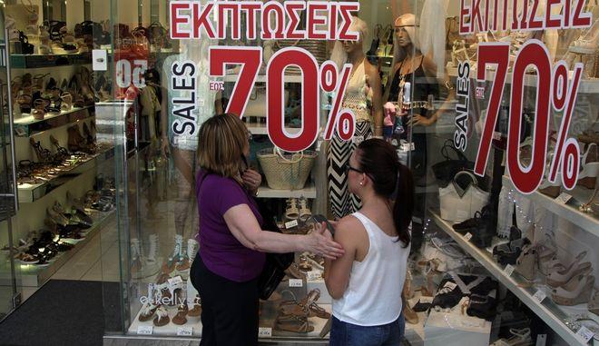 Εμπορικό κατάστημα στην Αθήνα κατα την έναρξη των θερινών εκπτώσεων, Αρχείου